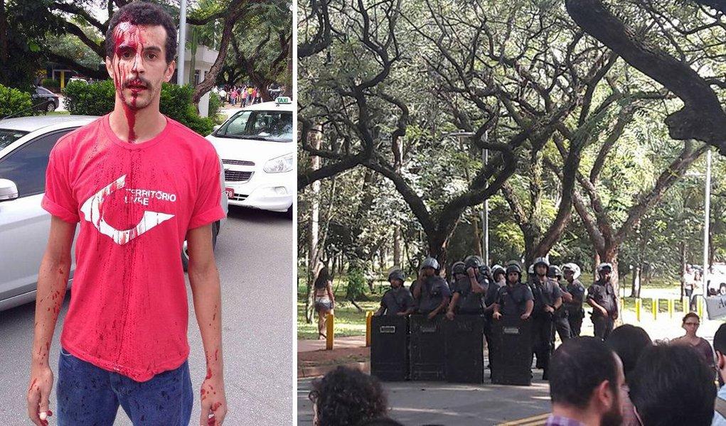 Com violência, policiais militares reprimiram manifestantes que faziam ato na frente da Reitoria da Universidade de São Paulo contra uma medida da instituição que visa impor um limite para o pagamento dos salários de professores e funcionários; os alunos reivindicam que o equilíbrio das contas aconteça por meio da arrecadação do governo estadual, e não pelo teto de gastos; PMs jogaram jogandobombas de gás lacrimogêneo na semana de recepção dos calouros; assista