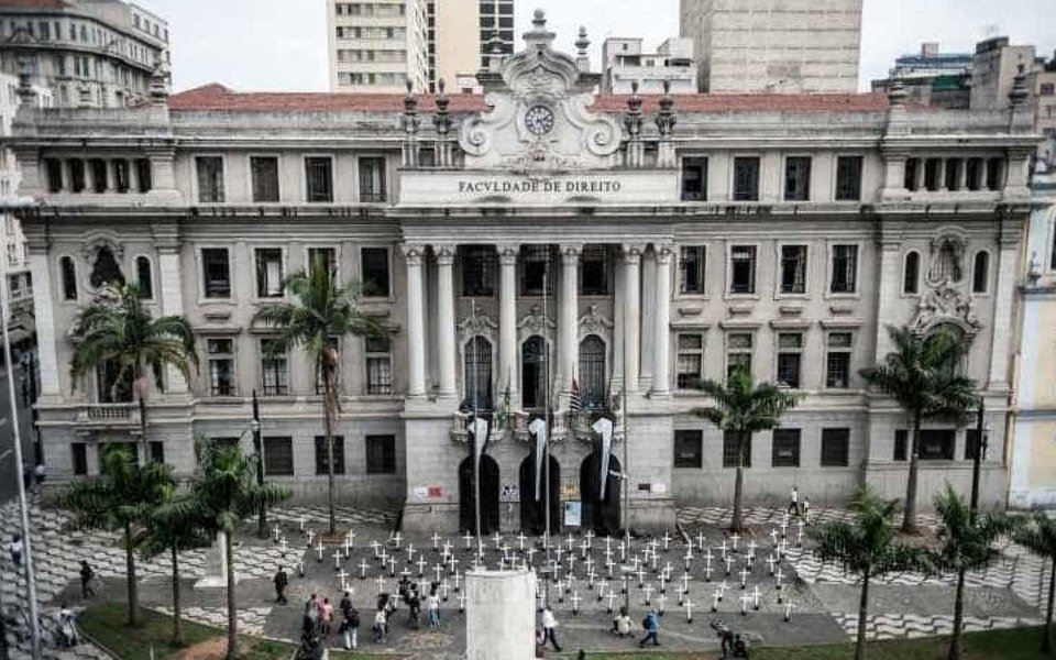 Passado um ano do golpe parlamentar que afastou a presidente eleita Dilma Rousseff e alçou Michel temer ao poder, o Brasil perdeu seis universidades no ranking das mil melhores instituições de ensino superior do mundo; segundo lista elaborada pela Times Higher Education, no ano passado, de 27 universidades, o Brasil passou a ter 21