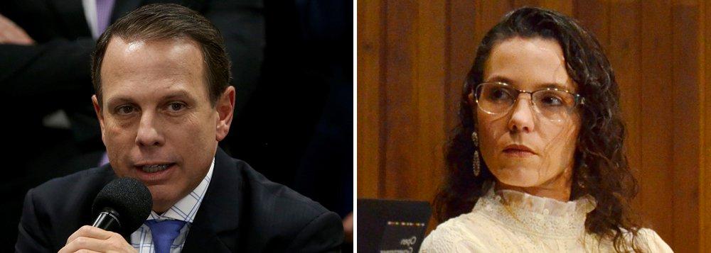 Controladora geral do município, Laura Mendes Armando de Barros, foi exonerada pelo prefeito João Doria (PSDB) duas semanas depois de ter aberto uma investigação sobre cobrança de propina para liberar propagandas proibidas na cidade de São Paulo