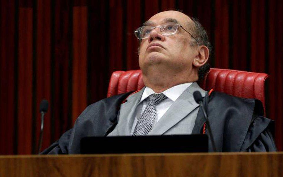 """Em artigo no site Justificando, Alexandre Ginzel, bacharel em Direito, acredita que, ao decidir pela absolvição da chapa Dilma-Temer no TSE, mesmo que tendo sido acompanhado por """"dois comparsas"""", Gilmar Mendes decidiu também """"pela morte da democracia na República"""""""