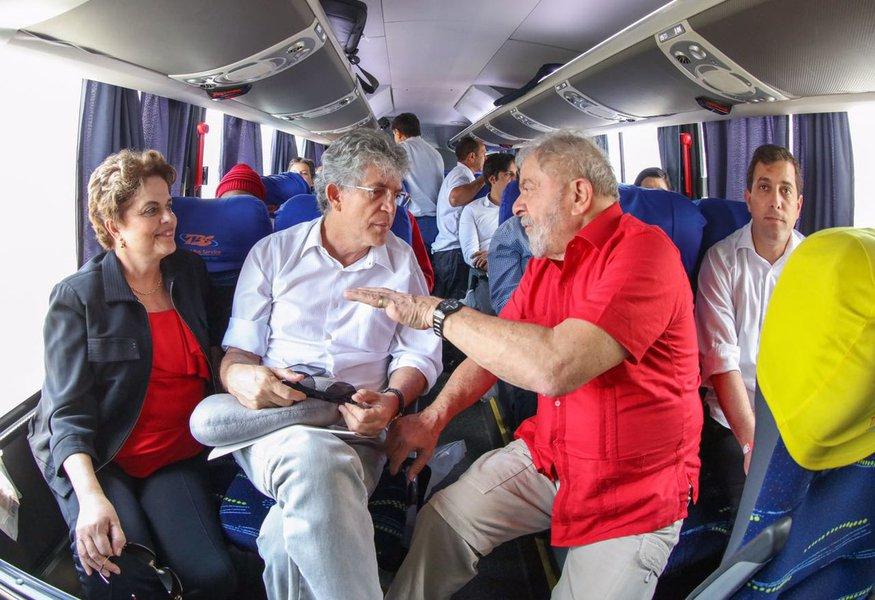 Ao lado do governador da Paraíba, Ricardo Coutinho, o ex-presidente Lula e a presidente deposta pelo golpe Dilma Rousseff chegam a Monteiro para fazer a inauguração popular da transposição do São Francisco; dia histórico