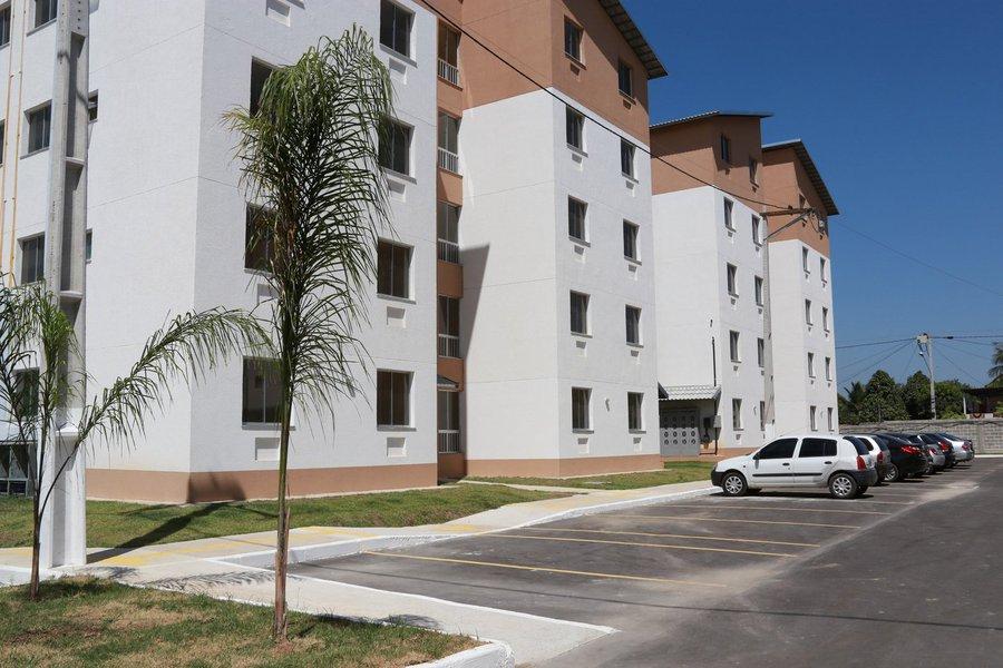 """A 1ª etapa do residencial Águas de Jaçanã, em Maracanaú, entregue na noite desta segunda (24) pelo governador Camilo Santana (PT), conta com 176 unidades habitacionais do Minha Casa Minha Vida. O investimento total é de R$ 20.001.031,15, sendo R$ 18.522.000,00 do Governo Federal e R$ 1.479.031,15 de contrapartida do Estado. """"Esse equipamento do Minha Casa Minha Vida tem um diferencial, pois ele é destinado para o reassentamento dos moradores inscritos no projeto Rio Maranguapinho e, por isso, vocês não vão pagar um centavo sequer. Vamos também reformar as vias de acesso para ficar ainda melhor"""", declarou Camilo"""