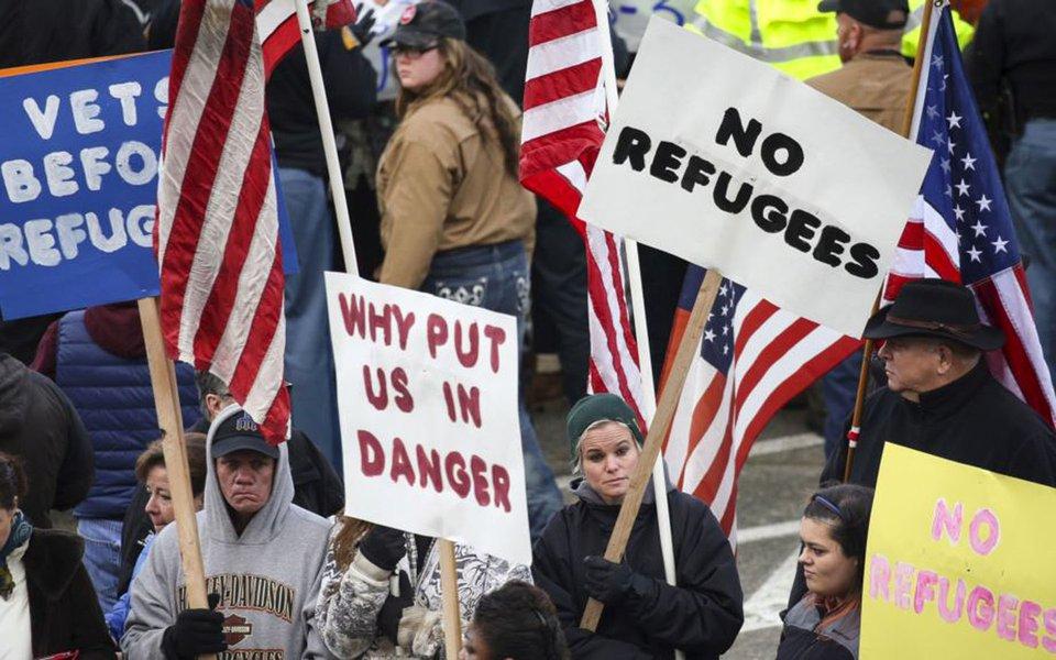 """Estados Unidos pretendem admitir o limite máximo de 45 mil refugiados no ano fiscal 2018, o menor número estabelecido desde 1980, uma redução que o governo de Donald Trump justificou, em parte, pela necessidade de garantir """"a segurança do povo americano""""; EUA admitiram cerca de 85 mil refugiados no ano fiscal 2016, e Obama estabeleceu para o período atual, de 2017, o limite de 110 mil refugiados"""