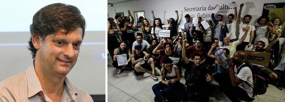 """""""Fora, Sturm"""", diz faixa pendurada no prédio da Secretaria de Cultura da Prefeitura de São Paulo, dois dias depois de o secretário André Sturm ter ameaçado um agente cultural durante uma reunião; integrantes da Frente Única Pela Cultura (FUC) ocuparam o prédio e informam que só deixarão o local após sua renúncia"""