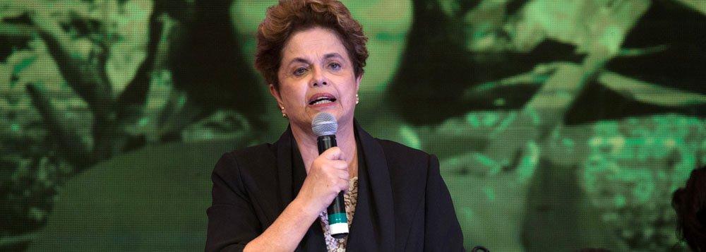 """Durante discurso na abertura do 6º Congresso Nacional do PT, a presidente eleita Dilma Rousseff afirmou que as denúncias de corrupção contra Michel Temer já eram do conhecimento dos investigadores da Lava Jato; """"Estamos assistindo a esse processo completamente descontrolado e ninguém pode dizer que não estava claro que o que foi gravado não era de conhecimento das instituições de investigação"""", afirmou Dilma, numa referência às delações da JBS"""