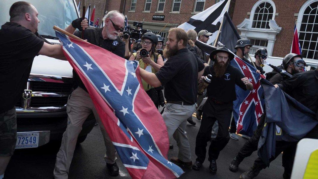 A violenta e fatal passeata dos supremacistas brancos em Virgínia é uma afronta à democracia. E revela a face monstruosa de um país modelado à imagem de seu atual presidente, opina o jornalista Jefferson Chase, da Deutsche Welle Brasil