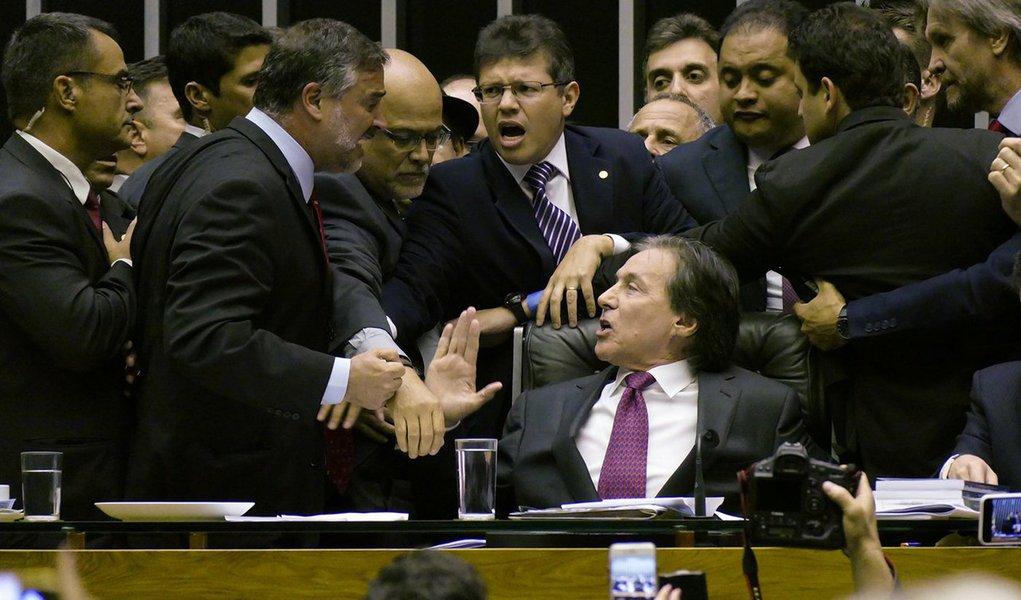 A sessão que analisaria 10 vetos de Michel Temer a projetos aprovados pelo Legislativo foi suspensa por 10 minutos após confusão no plenário; após o deputado João Alberto, que conduzia a sessão, negar uma questão de ordem ao deputado Wewerton Rocha (PDT-MA), houve protestos por parte dos parlamentares da oposição e, exaltado, Rocha jogou uma cópia do regimento em cima do presidente do Senado, Eunício Oliveira (PMDB-CE); após o tumulto, Eunício retomou a votação do veto, permitindo que os demais líderes que ainda não tinham feito os encaminhamentos pudessem orientar suas bancadas e o painel foi reaberto para nova votação