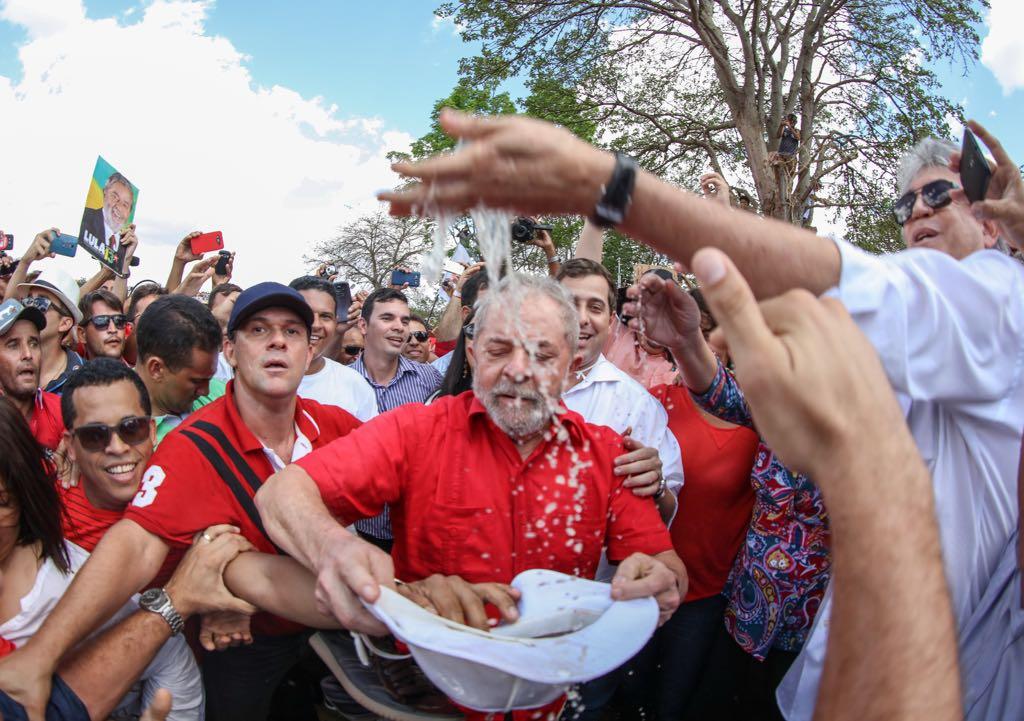"""""""A grande celebração, entre Lula e o povo nordestino, da chegada das águas do rio São Francisco ao semi-árido será apontada como um pretexto para o lançamento de sua candidatura a presidente em 2018. Mais do que isso, porém, o ato de Monteiro (PB) foi uma questão de justiça histórica, que Temer tornou necessária com sua mesquinha inauguração oficial da semana passada, em que sequer mencionou o nome de seu principal realizador"""", diz a colunista Tereza Cruvinel; """"O comparecimento maciço a um encontro com quem não mais governa, a força política da manifestação e os claros sinais da saudade de Lula sugerem que a oposição começa a sair da defensiva para tomar a dianteira, depois da derrota imposta pelo golpe de 2016"""""""