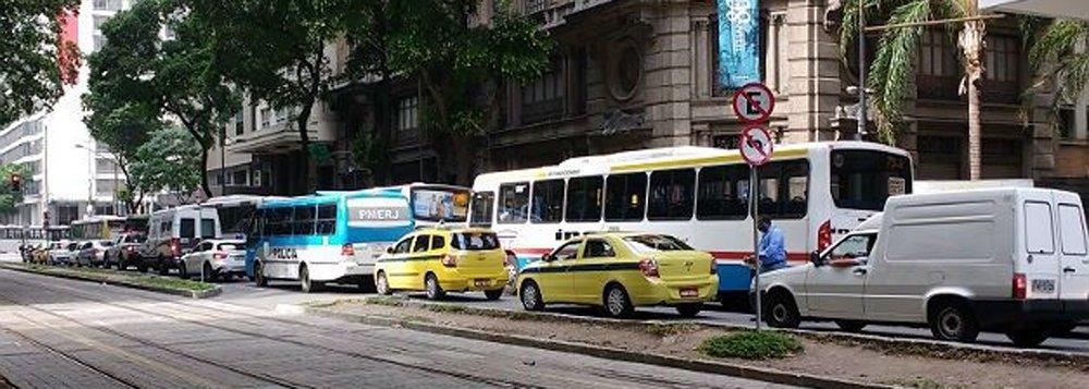 Duas manifestações contra a reforma da Previdência Social, em vias do centro do Rio, provocam reflexos no trânsito da cidade. Integrantes da Frente Internacionalista dos Sem Teto (Fist) fizeram uma passeata da Avenida Brasil até a Avenida Presidente Vargas, onde bloquearam as pistas no sentido centro da cidade; o protesto deixou o trânsito lento na Avenida Brasil, principal via de ligação entre as zonas norte e oeste com o centro da cidade