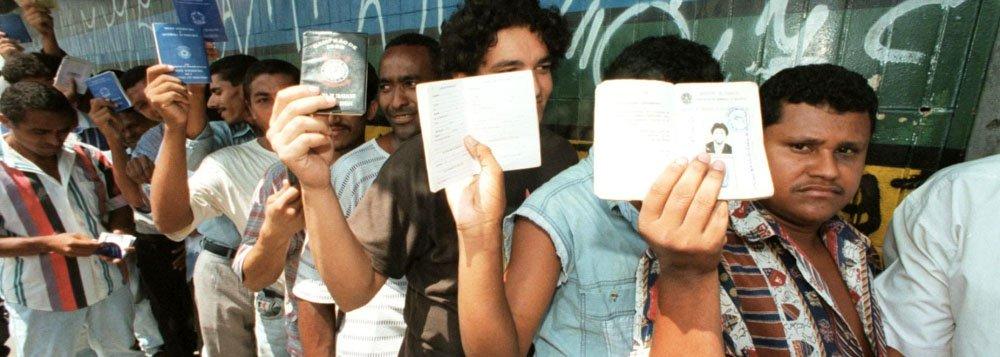 Brasil, S�o Paulo, SP. 09/03/1998. Desempregados em fila mostram suas carteiras de trabalho na Avenida Marqu�s de S�o Vicente, zona oeste da capital paulista. - Cr�dito:EPIT�CIO PESSOA/ESTAD�O CONTE�DO/AE/Codigo imagem:36339