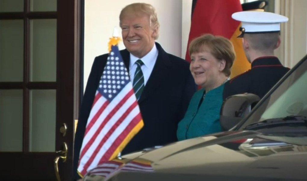 """Presidente dos Estados Unidos, Donald Trump, disse nesta sexta-feira, 17, que os EUA respeitarão as instituições históricas, mas que outros países devem pagar sua parcela justa para apoiar a Organização do Tratado do Atlântico Norte (Otan); em uma entrevista coletiva após seu encontro com a chanceler alemã Angela Merkel, Trump disse que agradeceu """"pelo compromisso do governo alemão de aumentar os gastos com defesa e trabalhar para contribuir com pelo menos 2 por cento do PIB"""" para a Otan"""