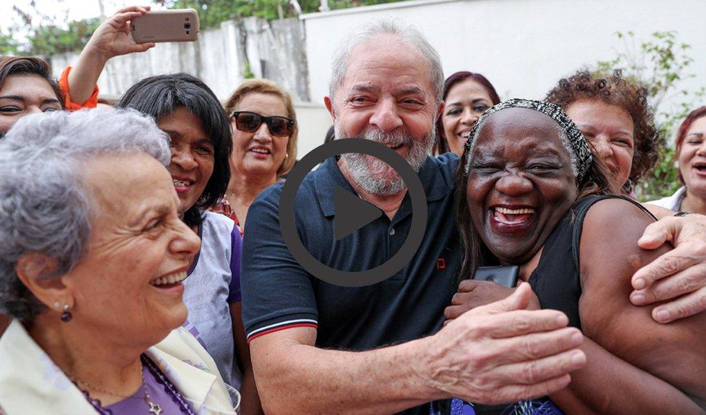 """Ex-presidente Luiz Inácio Lula da Silva divulgou nesta quarta-feira, 8, um vídeo em que defende a luta das mulheres brasileiras, por ocasião do Dia Internacional da Mulher; Lula diz que hoje as mulheres estão mobilizadas para lutar contra a violência masculina, a precarização do trabalho e a desigualdade social; """"Não é justo que uma mulher ganhe menos do que um homem exercendo a mesma função"""", diz; Lula também criticou a política do governo de Michel Temer, que quer igualar em 65 anos a idade mínima para aposentadoria de homens e mulheres; """"Nós podemos nos unir às mulheres e participar da construção de um mundo melhor""""; confira no vídeo acima; nessa terça-feira, 7, Lula recebeu manifesto de apoio de mulheres sindicalistas"""