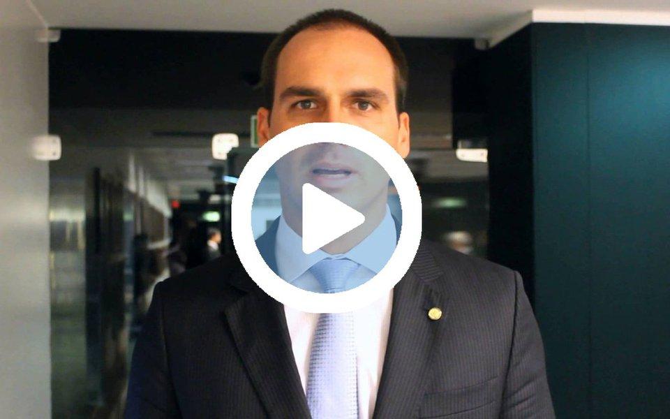 """Em seminário no qual foi defender o projeto 'Escola sem Partido' em Salvador, o deputado federal Eduardo Bolsonaro (PSC-SP) provocou furor entre os espectadores, dentro e fora da Câmara Municipal; a PM teve de fazer um cordão humano para que o deputado conseguisse sair da Câmara e caminhar até o carro; """"Golpista, fascista"""", gritavam os manifestantes"""
