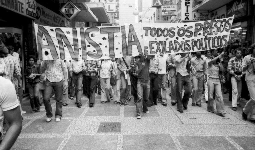 """Documentário """"Olhares Anistia"""" será lançado em Recife (PE) durante a celebração dos 38 anos da promulgação da Lei da Anistia, dia 28 de agosto, no auditório da G2 da Universidade Católica de Pernambuco (Unicap), às 18h; filme de 70 minutos é dirigido pelo historiador e cineasta Cleonildo Cruz e o roteiro é assinado pela jornalista Micheline Américo, com produção executiva da Tempus Comunicação; ineditismo do longa-metragem """"OLHARES ANISTIA""""deve-se ao fato de captar as múltiplas e opostas opiniões sobre o assunto, entre os que lutaram pela anistia e, também, os agentes do Estado"""