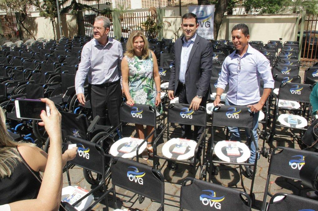 """A presidente de honra da Organização das Voluntárias de Goiás (OVG), primeira-dama Valéria Perillo, entregou nesta terça-feira (26), 465 cadeiras de rodas, 110 cadeiras higiênicas, enxovais de bebês e fraldas descartáveis para 113 municípios goianos; Valéria afirmou que sem a participação do Governo de Goiás """"seria impossível atender tantas pessoas""""; ela lembrou que """"o Governo do Estado é fundamental para que a OVG funcione, pois ele está presente em todos os nossos programas"""", citando as parcerias e programas realizados com a gestão Marconi Perillo"""