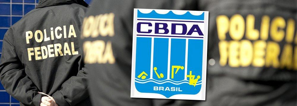 Polícia Federal deflagrou a operação Águas Claras, que apura um esquema de desvio de recursos públicos repassados à Confederação Brasileira de Desportos Aquáticos (CBDA); além do presidente da Confederação Brasileira de Desportos Aquáticos (CBDA), Coaracy Nunes, foram presas outras três pessoas na investigação que apura um esquema de desvio de R$ 40 milhões à entidade; quatro foram levados coercitivamente para depor; foram cumpridos ainda 16 mandados de busca e apreensão