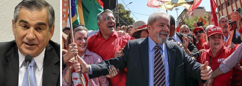 """Para Gilberto Carvalho,ex-ministro e assessor da presidente do PT, senadora Gleisi Hoffmann (PR), a tentativa de criminalizar e impedir o ex-presidente Lula de disputar as eleições presidenciais de 2018 poderá resultar em uma espécie de """"guerra""""; """"Uma guerra que não será feita por nós. Será feita por estes tantos que demonstraram agora, na caravana, o amor e a esperança que eles têm no Lula e por esta gente que estava aqui hoje e os tantos milhões de brasileiros que nós vamos abraçar em outras caravanas futuras"""", disse Carvalho em entrevista ao blog do jornalista Marcelo Auler; """"De modo que está bem claro para onde o povo quer caminhar e o que o Lula significa para esta gente e para todos nós"""", completou"""