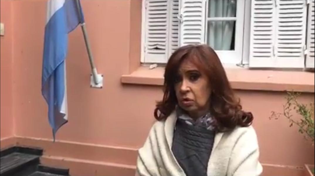 A ex-presidente da Argentina Cristina Kirchner foi cercada por manifestantes partidários do presidente Maurício Macri na casa onde estava, de sua cunhada Alicia Kirchner, governadora da província de Santa Cruz; o grupo tocou fogo em lixo e pneus e um grupo de dez pessoas tentou pular o muro; no vídeo, Cristina explica como se defendeu