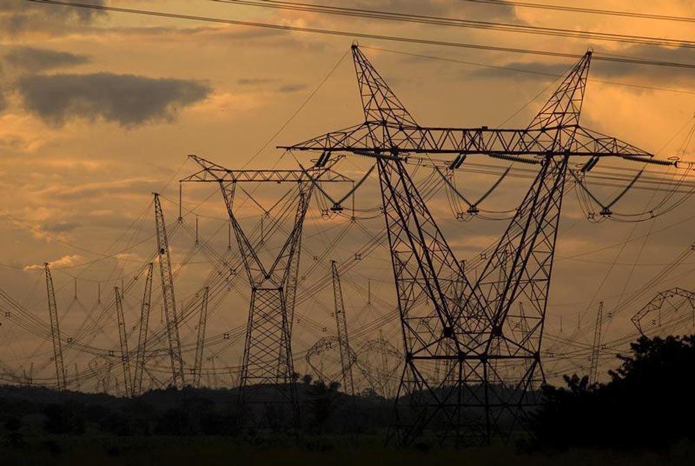 Torres e cabos de alta tensão que transportam energia elétrica em todo o estado do Pará, próximo da cidade de Marabá. Com a redução nas tarifas de energia elétrica realizada pelo governo no início do ano, a conta de luz residencial no Brasil passou a ser