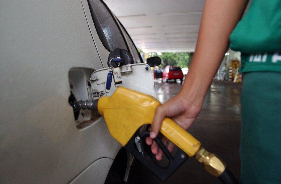 A Petrobras anunciou nesta quinta-feira um reajuste de 1,6% no preço do diesel e de 1,3% no preço da gasolina nas refinarias; os novos valores vão vigorar a partir de amanhã (15); de acordo com a política de preços adotada pela companhia, que entrou em vigor no dia 3 de julho, reajustes podem ser aplicados a qualquer momento, até diariamente; dentro da nova metodologia, o preço do diesel acumula alta de 6,3% desde 1º de setembro e a gasolina, valorização de 5,7% no mesmo período