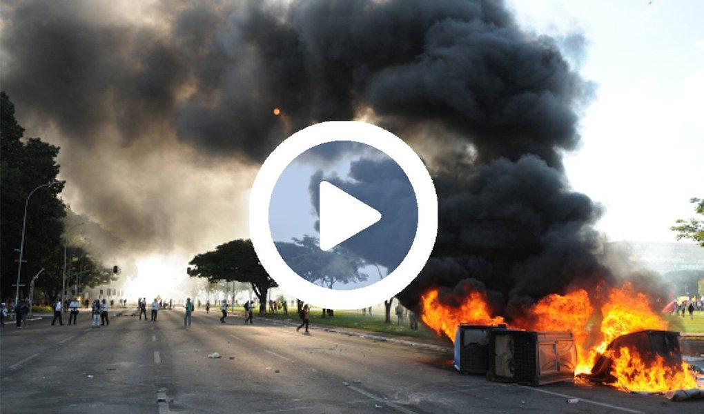 Um vídeo do coletivo Mídia Ninja mostra a violência empregada pela Polícia Militar para reprimir as manifestações que ocuparam Brasília pela saída de Michel Temer e suspensão das reformas, nessa quarta-feira, 24; PM utilizou contra os manifestantes bombas de gás lacrimogênio e de efeito moral, balas de borracha, cães e até armas de fogo. Os protestos terminaram com 49 pessoas feridas e oito detidas; assista acima