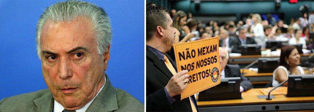 """Ao descrever o grupo de deputados que está contra a reforma da Previdência do governo Temer, Alex Solnik afirma: """"Estavam lá, lado a lado, compartilhando a mesma opinião, deputados de esquerda, de centro, de direita, e até de extrema-direita. Os que votaram contra e a favor do impeachment. Os que são contra e os que são a favor da ditadura. Os humilhados e os que humilham""""; """"A famosa maioria de 2/3 dos governistas evaporou-se. Nem no PMDB Temer a tem"""", diz; para o jornalista, """"vê-se que, mais uma vez Temer cometeu um acerto: uniu os deputados. Contra ele, mas uniu"""""""