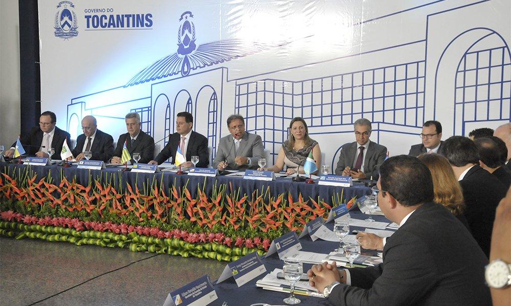 O governador do Tocantins, Marcelo Miranda, e os demais governadores dos estados membros do Consórcio Brasil Central (CBC) reúnem-se nesta sexta-feira (7) em Cuiabá (MT), na 2ª Reunião do Fórum de Governadores do Brasil Central de 2017 para discutirem temas de interesse comum dos estados; este é o 14º encontro de governadores do Brasil Central