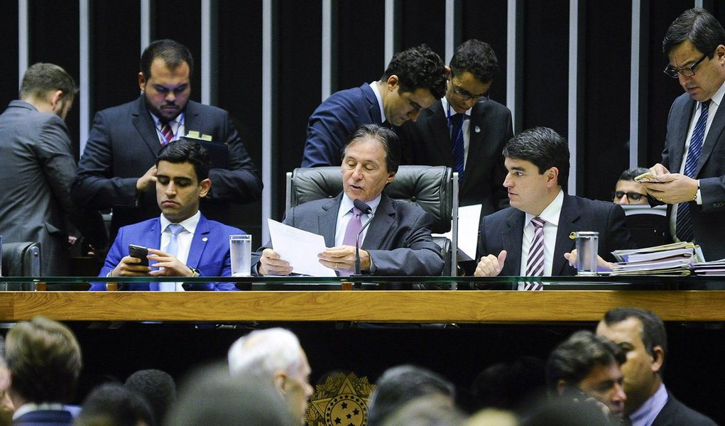 Presidente do Congresso Nacional, senador Eunício Oliveira (PMDB-CE), leu nesta terça-feira (30) o pedido de criação de uma CPI mista (formada por deputados e senadores) para investigar os empréstimos tomados pela holding J&F – controladora do frigorífico JBS – junto ao BNDES; a partir da leitura em plenário, será feito o cálculo para distribuir as vagas na comissão em relação ao tamanho dos partidos; em seguida, os líderes partidários terão prazo para indicar os membros; com as vagas preenchidas, deverá ser marcada uma data para a instalação da comissão