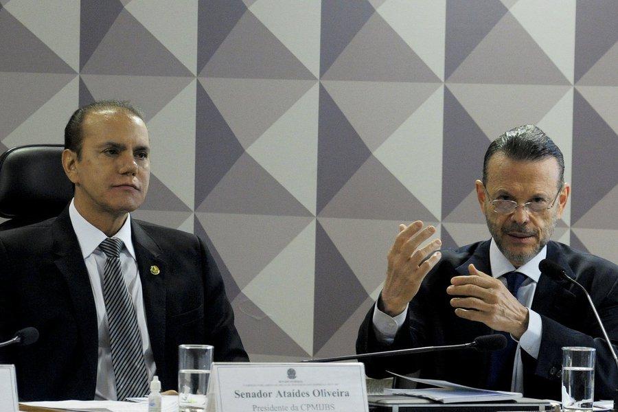 """O ex-presidente do BNDES Luciano Coutinho disse nesta terça-feira (3) que o resultado econômico da BNDESPar com o grupo JBS """"foi positivo"""" e que as decisões do banco, relativas à disponibilização de créditos para empresas, são feitas de forma colegiada, seguindo critérios de avaliação supervisionados em várias etapas por técnicos do quadro do banco; """"Dos R$ 8,1 bilhões investidos pelo banco [dos quais R$ 5,6 bilhões foram na JBS e R$ 2,5 bilhões nos frigoríficos Bertin], o BNDES recebeu R$1 bilhão em comissões e prêmios; e R$ 4 bilhões em venda de ações com lucro"""", disse Coutinho em depoimento à CPI Mista da JBS"""