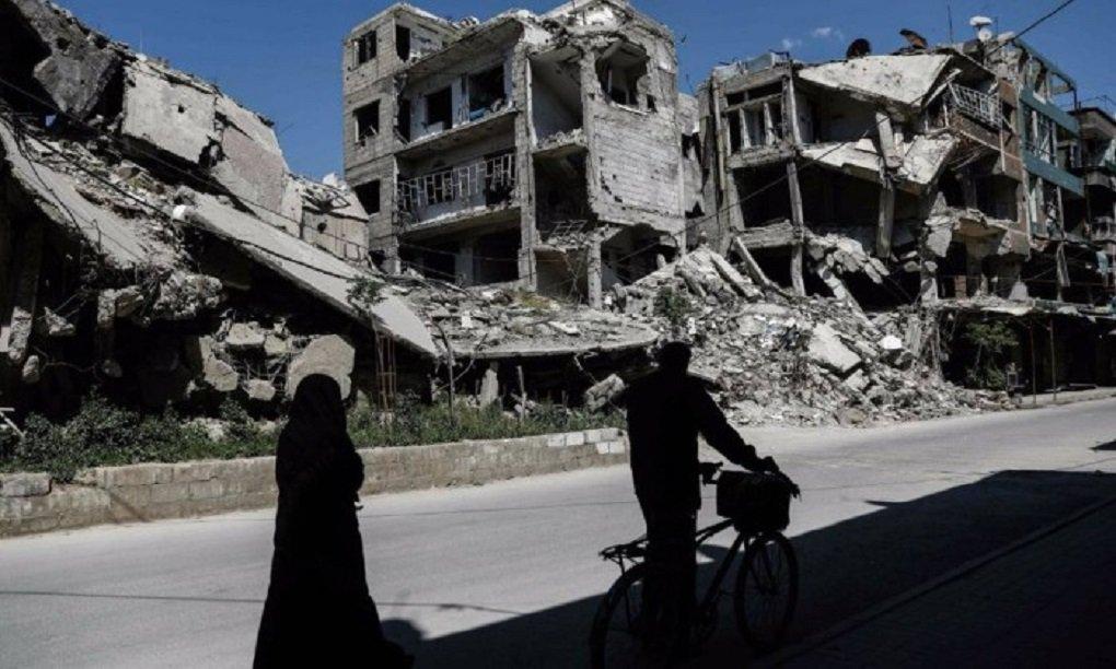 A coalizão internacional liderada pelos EUA realiza ataques aéreos na região de Raqqa para apoiar o avanço das unidades curdo-árabes das Forças Democráticas da Síria contra o grupo Daesh; de acordo com a France Press, no entanto, o número de mortos já aumentou para 15, sendo quatro crianças; dezessete pessoas estavam feridas