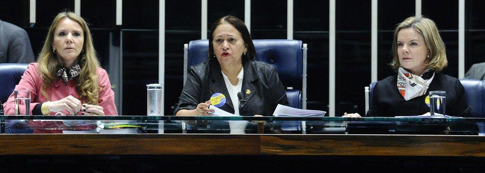 O Conselho de Ética do Senado deve definir na próxima terça-feira (8) o relator da denúncia contra as seis senadoras que ocuparam a Mesa do plenário durante a sessão em que foi votada a reforma trabalhista, em julho; a convocação dos membros do conselho para a reunião foi feita pelo presidente do colegiado, senador João Alberto Souza (PMDB-MA); a denúncia contra as senadoras Ângela Portela (PDT-RR), Fátima Bezerra (PT-RN), Gleisi Hoffmann (PT-PR), Lídice da Mata (PSB-BA), Regina Sousa (PT-PI) e Vanessa Grazziotin (PCdoB-AM) é de autoria do senador José Medeiros (PSD-MT) com apoio de mais 14 senadores