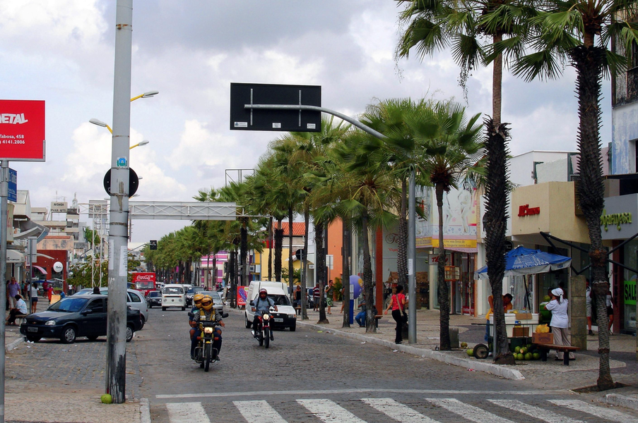 A Avenida Monsenhor Tabosa deverá ser incluída no projeto de revitalização da Praia de Iracema, que será anunciado pela Prefeitura de Fortaleza no próximo mês. O plano prevê incentivos fiscais para atrair novos investidores para o local, programação cultural, além de parcerias público-privadas e a criação de uma Zona de Interesse Turístico (ZIT), com incentivos e permissões na região