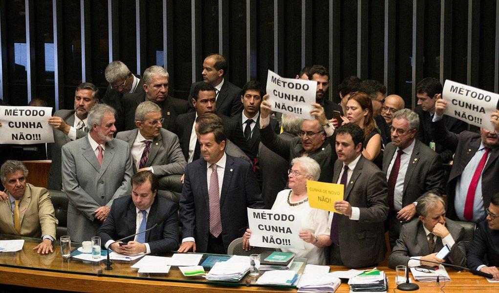 """PSOL alega que a apresentação de um novo requerimento com o mesmo teor, um dia depois de ele ter sido rejeitado em plenário, foi uma """"manobra da Presidência da Câmara"""" para reverter o resultado da votação de terça; presidente da Casa, Rodrigo Maia (DEM-RJ), não comentou a ação do PSOL e afirmou que é possível que o projeto seja votado na próxima quarta-feira (26)"""