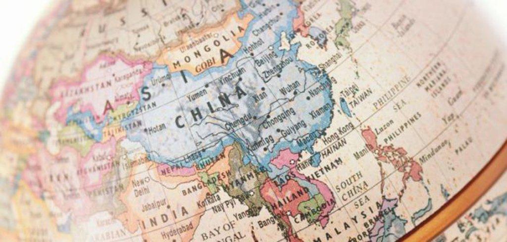 Marco Polo, mercador e explorador Veneziano, já no século XIII alertava aos ocidentais: a Ásia é o centro do mundo! Oitocentos anos depois, essa máxima nunca foi tão verdadeira; lar de três quintos da humanidade e das economias mais dinâmicas do planeta, o continente asiático tem no superlativo sua régua: não há região no globo que a rivalize em recursos de toda a ordem—humanos, financeiros e tecnológicos