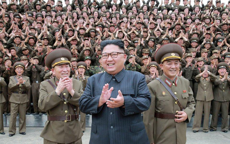 Cerca de 4.7 milhões de estudantes e trabalhadores da Coreia do Norte se ofereceram como voluntários para se alistar no exército desde que o líder do país, Kim Jong-un, ameaçou com represálias os EUA na semana passada; nos últimos seis dias, milhões de jovens, incluindo 1,22 milhão de mulheres voluntárias, decidiram se alistar no exército para proteger seu país da ameaça norte-american; situação na península da Coreia se agravou devido aos recentes lançamentos de mísseis de Pyongyang e testes nucleares, todos conduzidos em discordância com resoluções da ONU