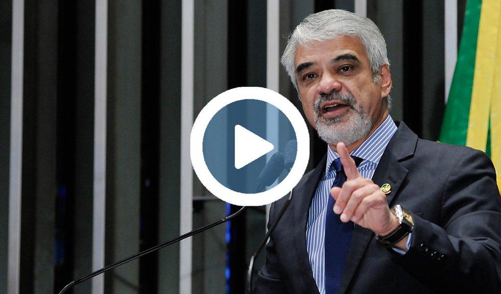 """Líder da oposição no Senado, Humberto Costa (PT-PE) publicou um vídeo no Facebook condenando o golpe parlamentar que depôs Dilma Rousseff há exatamente um ano e destaca que hoje, """"o principal mentor do golpe está preso. O principal beneficiário, acuado por graves denúncias. E, desde então, o país só anda pra trás. E a democracia não foi restaurada"""";vídeo mostra como o impeachment foi desenhado para barrar as investigações da Lava Jato e levado adiante por uma série de parlamentares que acabaram enredados em casos de corrupção; assista"""