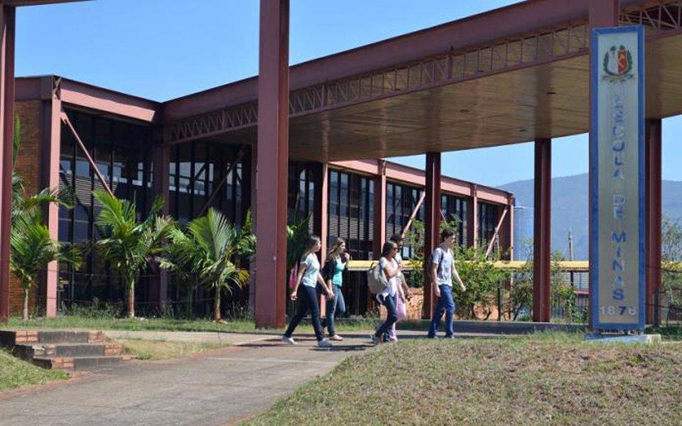 """Três das seis universidades que o Brasil perdeu no ranking internacional das mil melhores são mineiras: as Universidades Federais de Ouro Preto,Lavras e Viçosa; continuam na lista aUFMG e a Federal de Itajubá;é o que aponta a publicação britânica """"Times Higher Education"""" (THE), uma das principais em avaliação do ensino superior no mundo; na edição deste ano, 21 instituições do País estão na lista mundial, ante 27 no ano passado"""