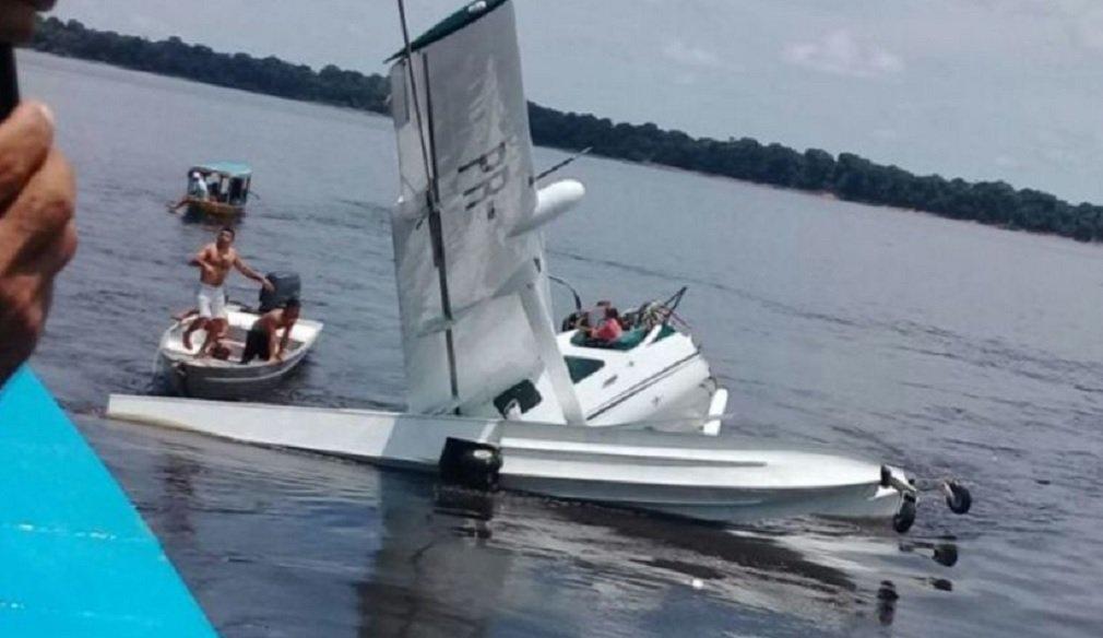 Uma aeronave da organização não governamental (ONG) Greenpeace caiu na manhã desta terça-feira (17) na região do Arquipélago de Anavilhanas, próximo ao município de Novo Airão, no Amazonas; cinco pessoas estavam a bordo, uma morreu; de acordo com o Sétimo Serviço Regional de Investigação e Prevenção de Acidentes Aeronáuticos (Serpa 7), o acidente ocorreu por volta das 11h; avião é um modelo Cessna 208, anfíbio
