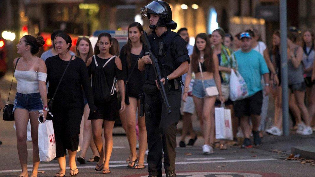 """Polícia catalã informou que uma operação policial contra um possível """"ataque terrorista"""" estava em andamento na cidade de Cambrils, ao sul de Barcelon; não ficou claro como a operação estaria ligada ao ataque com uma van em Barcelona, nesta quinta-feira, que deixou 13 pessoas mortas;serviços de emergência da Catalunha disseram no Twitter que as pessoas em Cambrils, que fica no litoral, devem """"ficar em casa, ficar seguras"""""""