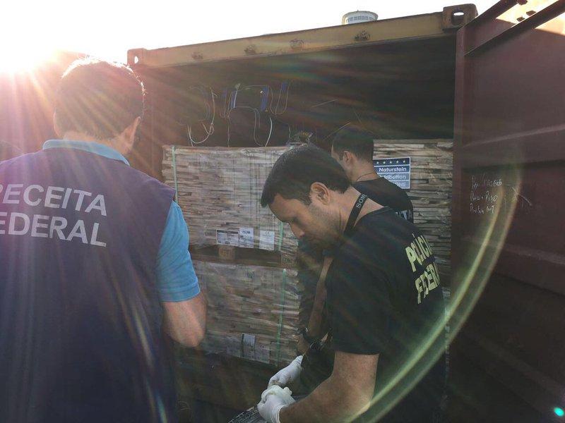 A Polícia Federal (PF) apreendeu nesta terça-feira 560 quilos de cocaína na alfândega da Receita Federal no Porto de Salvador; a droga seria levada para o Porto de Antuérpia, na Bélgica; segundo a PF, a droga estava escondida em bolsas espalhadas dentro de um carregamento de pedra em contêineres de navio; os responsáveis ainda não foram identificados; a polícia suspeita que a cocaína foi inserida na mercadoria regular sem o conhecimento do proprietário da carga, prática conhecida como rip-off