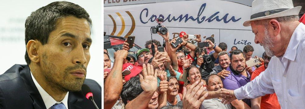 """O procurador Hebert Mesquita disse à imprensa nesta terça (12) que o Ministério Público Federal tem uma série de mensagens que são as provas contra Lula no processo em que ele é acusado de tráfico de influência na compra dos caças suecos pelo governo Dilma; segundo ele, um dos e-mails revelados por investigados cita claramente que Lula tinha poder de decisão sobre a edição da Medida Provisória 627/13. """"Está tudo documentado. Com o perdão da expressão, é batom na cueca"""", comentou, ao sair de uma audiência na 10ª Vara da Justiça Federal, em Brasília"""