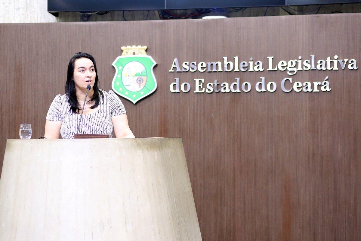 """Em uma sessão especialmente aberta para seu pronunciamento, a deputada estadual Dra. Silvana ocupou a tribuna da Assembleia Legislativa, na manhã de hoje (18), para afirmar que não vai ser fácil expulsá-la do partido. A deputada recebeu oficialmente, ontem (17), uma notificação do Conselho de Ética do PMDB do Ceará. O partido iniciou o processo de expulsão dos três deputados da sigla que votaram a favor da extinção do Tribunal de Contas do Município. A deputada afirmou que irá comparecer ao Conselho de Ética e cumprirá todos os prazos, mas foi incisiva: """"vocês vão ter primeiro que chamar pra conversar. Não é assim não..."""""""