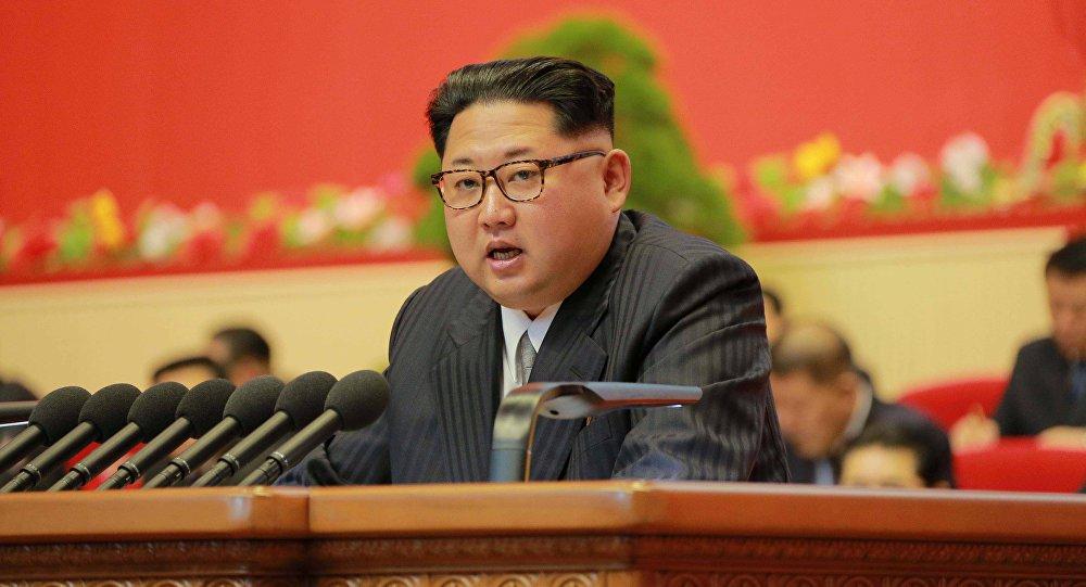 """O norte-coreano de 33 anos tem, aparentemente, tanto medo de ser assassinado que recuou de aparições públicas, de acordo com a principal agência de espionagem da Coreia do Sul; Kim mudou suas rotinas de viagem, atribuiu seus principais comandantes para investigar possíveis """"operações de decapitação"""" e até mesmo desistiu de andar em seu próprio carro, um vistoso Mercedes-Benz, com medo de dar a assassinos sombrios a oportunidade que aparentemente esperavam, disse um parlamentar sul-coreano ao jornal The Korea Times após uma sessão com o Serviço Nacional de Inteligência (NIS)"""