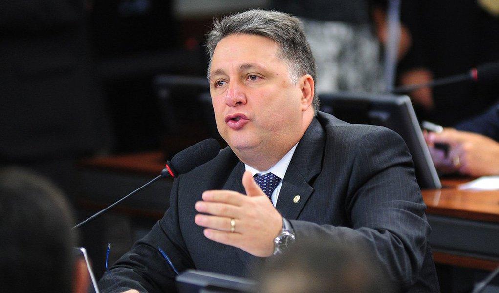 """A defesa de Anthony Garotinho diz em nota que o alvará de soltura do ex-governador não foi integralmente cumprido na noite desta quarta-feira, """"uma vez que a tornozeleira eletrônica não foi ainda retirada como determinara o TSE"""""""