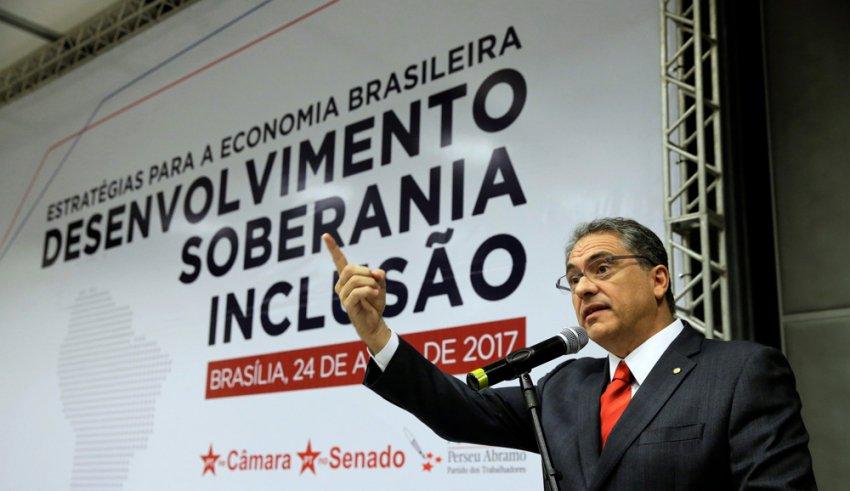 As Bancadas do PT na Câmara e no Senado entendem que, para o Brasil sair do atoleiro, é necessário adotar um conjunto de medidas que ampliem os investimentos públicos em setores estratégicos, além de manter os direitos da população nos campos trabalhista e previdenciário