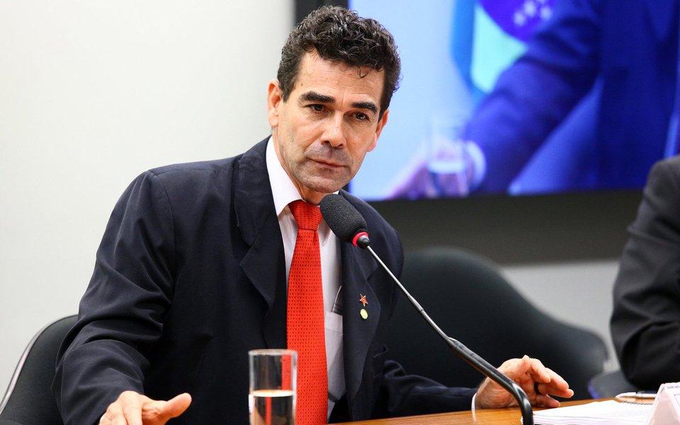 """O deputado Padre João (PT-MG) criticou a decisão do STF, que negou o pedido da PGR para prender o senador Aécio Neves (PSDB-MG), mas determinou o afastamento dele do seu mandato e seu recolhimento noturno em casa; """"Olha que essa denúncia ainda não é nada diante do que ocorreu na Cidade Administrativa e da lista de Furnas. Se ele não fosse do PSDB, já estaria preso há muito tempo. Ele espertamente é do PSDB, mantém-se no PSDB com suas relações com o setor da Polícia Federal, com o setor do Ministério Público, com o setor do próprio Judiciário, onde ele encontra proteção, porque a ligação dele com o tráfico de cocaína é óbvia, como também a da família Perrella, e ninguém é preso nesses episódios"""""""