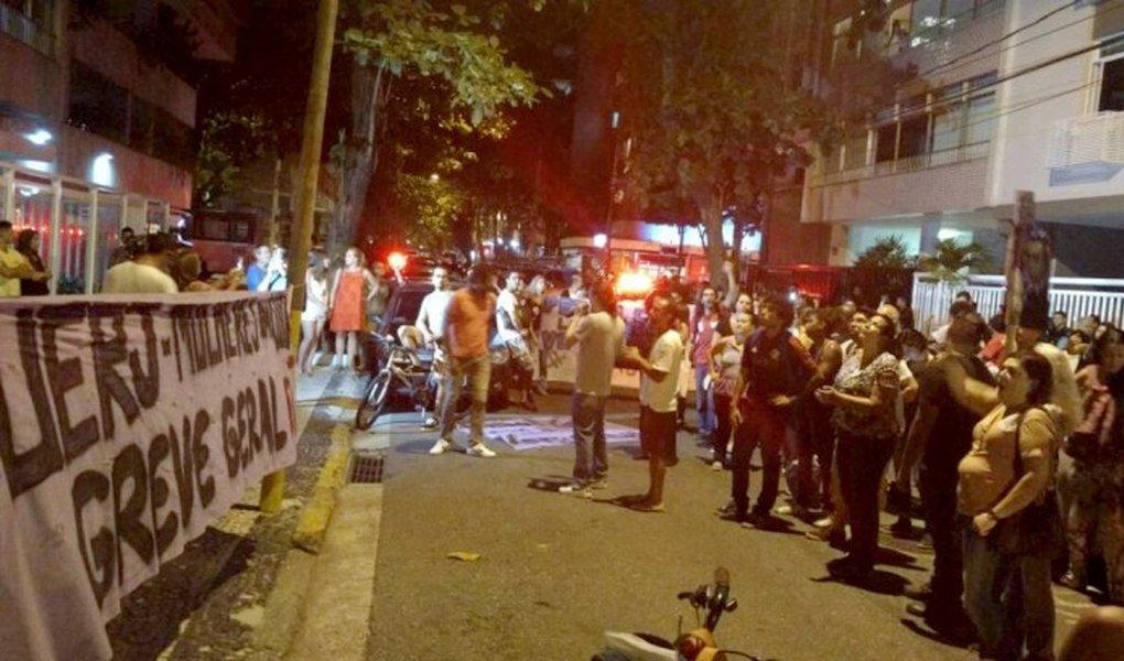 Servidores e funcionários da Universidade Estadual do Rio de Janeiro (Uerj) realizaram um protesto na noite desta terça-feira, na Rua Rainha Guilhermina,no Leblon, onde mora o governador Luiz Fernando Pezão (PMDB), e seguiu para a Rua Aristides Espínola, onde o ex-governador Sérgio Cabral tem um apartamento