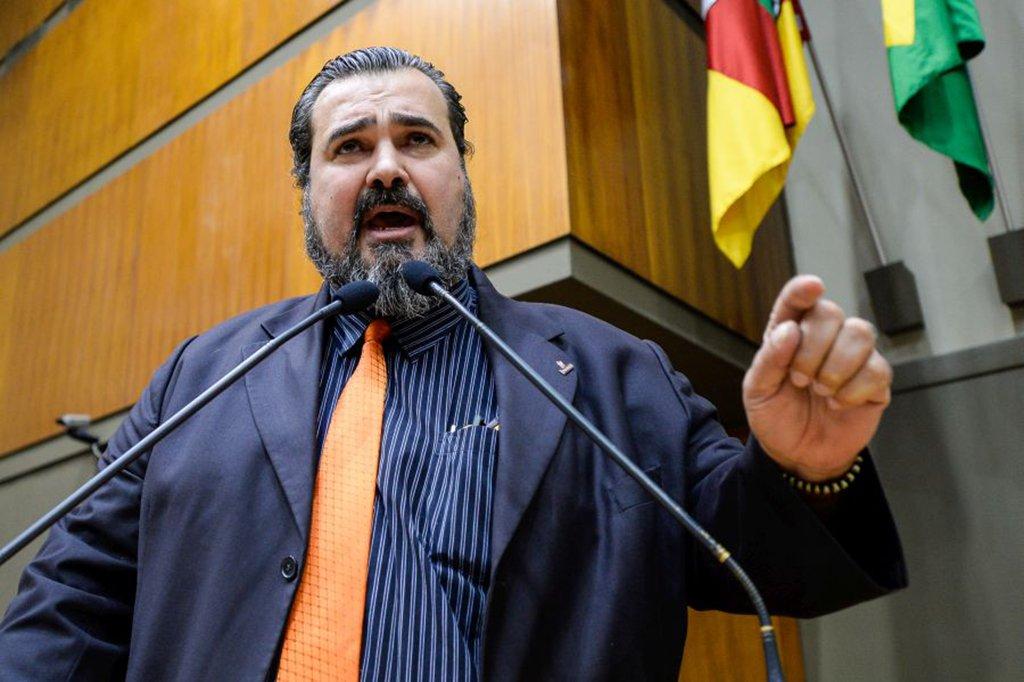 Vereadores retornam do recesso parlamentar e discutem projetos enviados à Câmara pelo poder executivo. Na foto, o vereador Claudio Janta.
