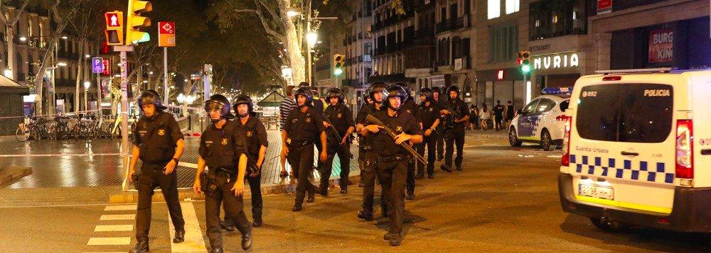 """Os recentes ataques terroristas praticados na Catalunha não irão afetar o plano da região de realizar um referendo sobre sua independência da Espanha, afirmou o presidente da região, Carles Puigdemont; segundo ele, os ataques terroristas não devem ser confundidos com asquestões """"prioritárias"""" do público catalão, como o voto sobre a independência; em Barcelona e Cambrils, terroristas usaram carros para atacar multidões, deixando um saldo de 15 mortos e mais de 130 pessoas feridas"""