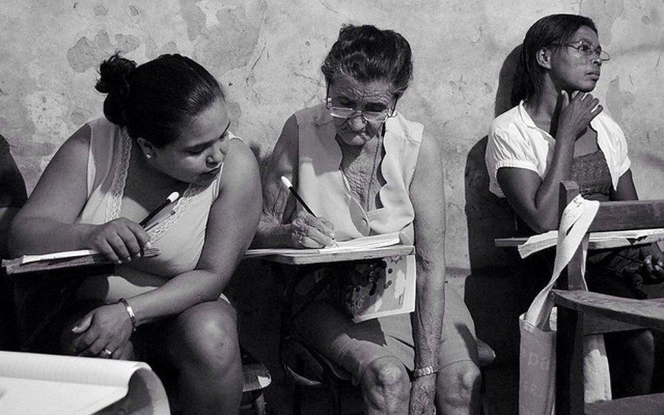 """Movimento dos Trabalhadores Rurais Sem Terra (MST) e o governo de Flávio Dino (PCdoB) iniciram nesta semana a segunda etapa de aplicação do programa de alfabetização cubano """"Yo Sí Puedo"""" ou """"Sim, Eu Posso"""", na versão brasileira; objetivo é ensinar 20 mil pessoas, de 15 municípios, a ler e escrever; o projeto está paulatinamente sendo ampliado. Em sua primeira etapa, chegou a sete mil pessoas, moradoras de oito cidades; meta é alcançar os 30 municípios com menor Índice de Desenvolvimento Humano (IDH) do estado, o mais empobrecido do país"""